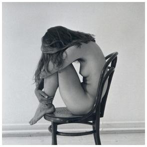 Aktfotografie / Erotikfotografie beim Fotograf - Giessen - Unbekleidete Dame auf Stuhl