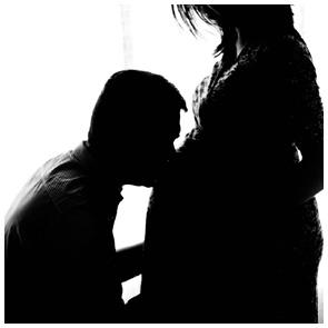 Baybauch - Erinnerungen vom Fachmann für Fotografie - Babybauch vor weißem Hintergrund