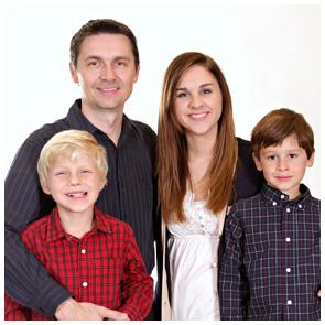 Familienporträt einer durchschnittlich großen Famile, Vater mit drei Kindern.