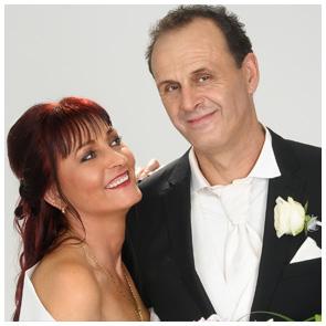Hochzeitsfoto - Fotowerkstatt Lich Ihr Fotograf bei Giessen - Brautpaar vor hellem Hintergrund