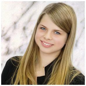 Kinderfotografie Giessen - Fotoprofi - Mädchen vor marmoriertem Hintergrund