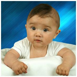 Kinderfotografie Giessen - Fotoprofi - Baby vor blauem Hintergrund