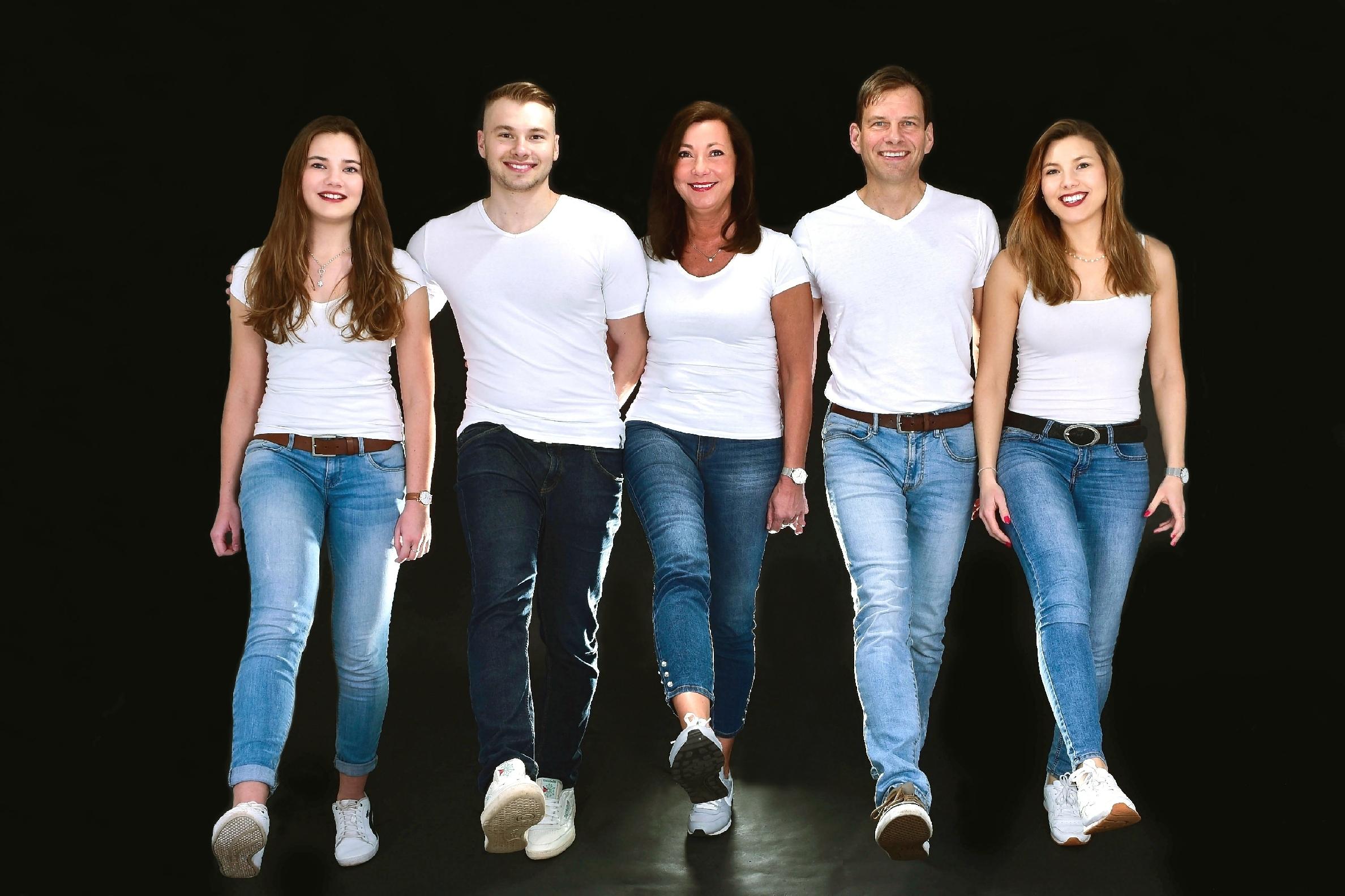 Familienfoto einer großen Familie vor weißem Hintergrund.