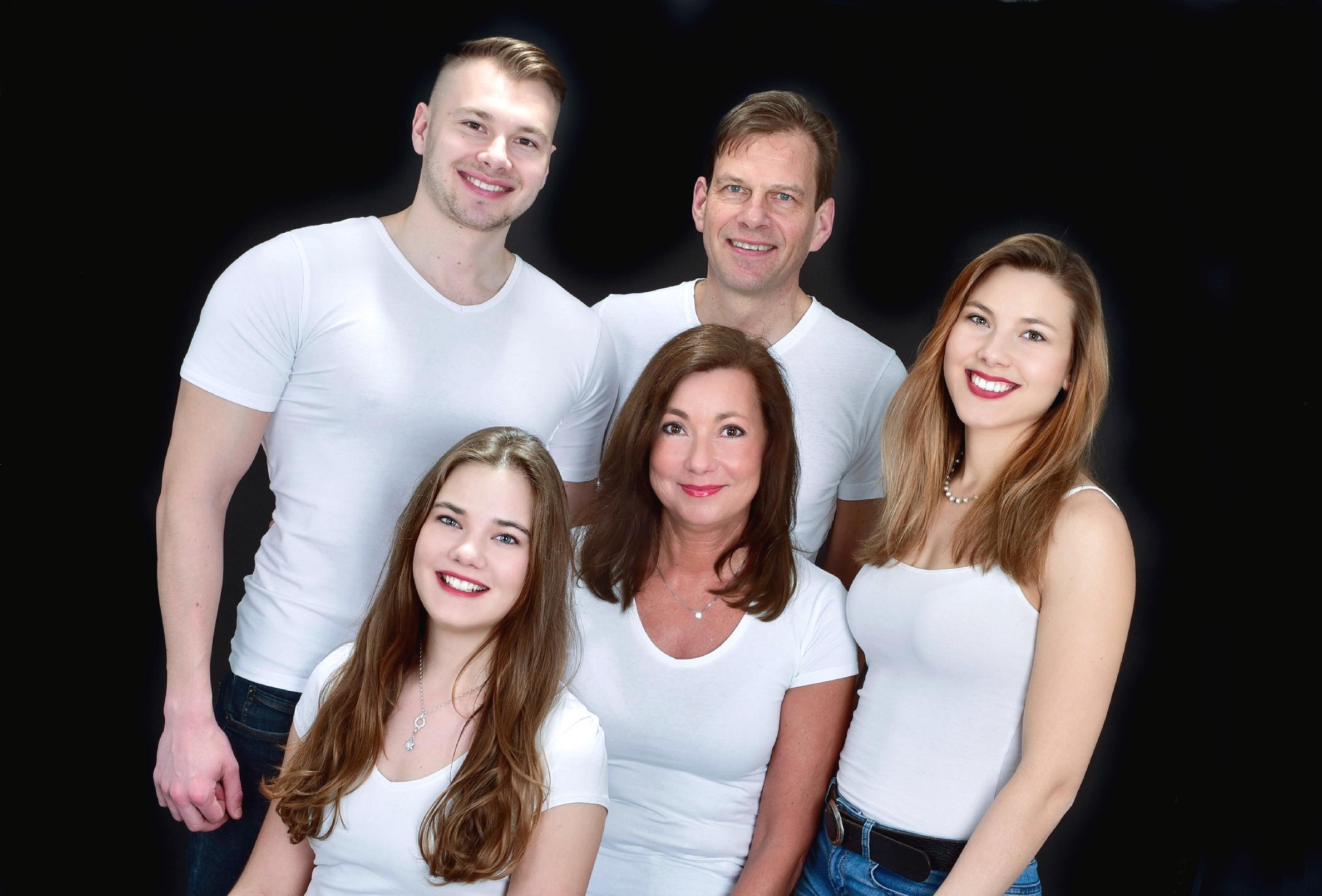 Sie sehen ein Familienfoto einer großen Familie.